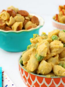 Creamy, vegan mac and cheese with peas